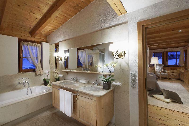 bagno con doccia sotto la finestra  canlic for ., Disegni interni